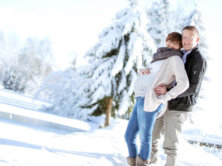 Babybauch im Winterwald